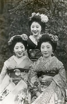 Maiko (apprentice geisha) Ichimitsu, standing in the centre, from the Ponto-chō hanamachi (geisha district) of Kyoto, during the late 1930s.