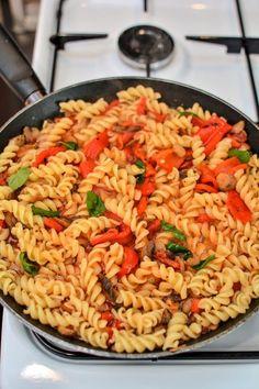 Paste cu ardei copți și ciuperci Pizza Lasagna, Good Food, Yummy Food, Cooking Recipes, Healthy Recipes, Plant Based Diet, Gnocchi, Pasta Salad, Food And Drink