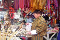 Bhutan Rundreisen - Jetzt Urlaub buchen! |Tai Pan Bhutan, Religion, Painting, Prayer Flags, Cultural Diversity, Forts, Buddhism, Destinations, Painting Art