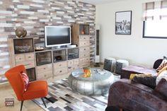 décoration industrielle chaleureuse, fauteuil orange, décoration bois et métal, Décoration et rénovation du salon, mur papier peint original, salon chaleureux, déco cosy, table basse métal, meuble TV industriel,