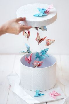 DIY money gift for weddings and other celebrations: flying butterflies in . - DIY money gift for weddings and other celebrations: flying butterflies in the box - Diy Gifts For Mom, Diy Gift Box, Diy Box, Don D'argent, How To Make Box, Diy Presents, Diy Wedding Presents, Birthday Presents, Birthday Present Diy