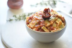 One Pot Caprese Pasta that's EVERYTHING! Only 5 ingredients and 20 minutes. Perfect weeknight dinner recipe!! | carmelapop.com