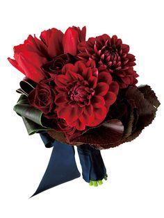 真紅のバラやダリアなど、大ぶりでインパクトのある花を葉物とともに束ねたクラッチブーケ。(花材:ダリア、ローズ、チューリップ、ゲーラックス、ドラセナ)ブーケ¥30,000~/マチルダ