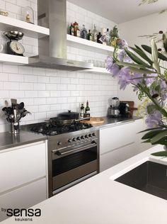 witte keuken I greeploos I zijdeglans I RVS afzuiger I RVS fornuis I SMEG I RVS blad I www.bysensa.nl
