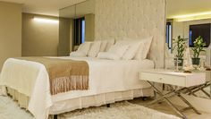 Suíte casal moderna em tons neutros e closet integrado - veja todos os detalhes!