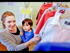 Nadine Wagner mit ihrem zweijährigen Sohn Noel – die Ebersheimerin hat ihr eigenes Kinderlabel gegründet. Foto: Harald Kaster
