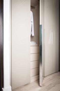Light Dove Grey Gloss Lacquer Doors are a labour of truly contemporary design #NeatsmithWardrobe #Neatsmith #Wardrobe
