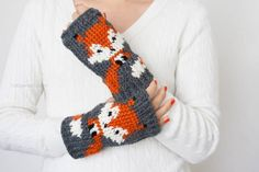 Crochet these foxy-fingerless-gloves great how to tutorial.