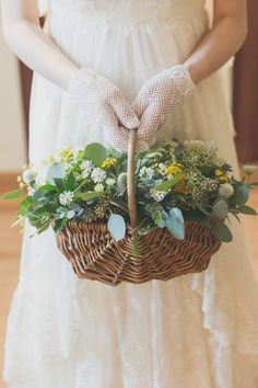 あなたのドレスに合うブーケは?自分好みのウェディングブーケの選び方 / WEDDING | ARCH DAYS Yellow Bouquets, Yellow Flowers, Wedding Bouquets, Wedding Flowers, Flower Girl Basket, Flower Baskets, Flower Wall, Plant Hanger, Flower Arrangements