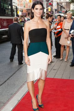 The actress smartly pairs this colorblocked dress with minimal makeup and accessories, making it look sleek (rather than overwhelming) to the eye.