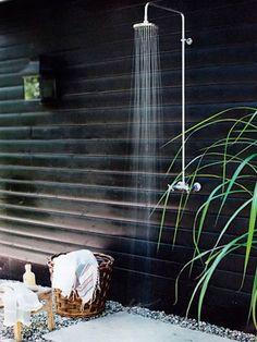 Una ducha de exterior de color negro