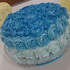 Degradê Azul Médio foi o tom escolhido de hoje pelas alunas do #cursodechantininho para o bolo de verdade servido e compartilhado entre elas  O bolo de verdade é elaborado com chantininho feito com chantilly bunge Ricca.  Textura aveludada e super cremosa
