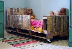 Palet pallet kids, pallet toddler bed, pallet riciclati, pallet crafts, d. Wooden Pallet Beds, Wooden Diy, Pallet Furniture, Pallet Wood, Pallet Daybed, Pallet Headboards, Recycled Furniture, Pallett Bed, Furniture Ideas
