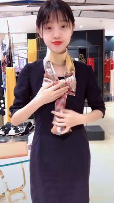 Scarf hack for girls tying a scarf, diy scarf, scarf knots, split ends Scarf Knots, Diy Scarf, Scarf Ideas, Ways To Wear A Scarf, How To Wear Scarves, Diy Fashion, Fashion Outfits, Fashion Tips, Fashion Ideas