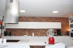 keittiö,tiiliseinä,keittiönkaapit,keittiön välitila