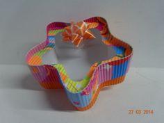 Caja de cartón corrugado en forma de estrella en colores ácidos. #CajasDeCartonCali #CajasParaRegalosMedellin