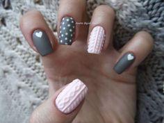 Cable Knit Nails o uñas tejidas es la nueva tendencia de este invierno. Se utiliza esmalte para replicar los diseños de los sweaters. La técnica más común es con gelish, se aplican varias capas del color base y después, generalmente con el mismo tono, se crea el diseño...