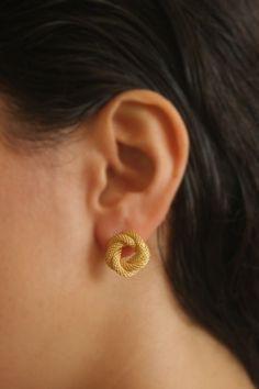 Unusual Wedding Rings for Women Ear Jewelry, Gold Jewelry, Jewelry Accessories, Jewelry Stand, Gold Earrings Designs, Gold Jewellery Design, Gemstone Earrings, Stud Earrings, Silver Earrings