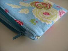 The best tutorial for a lined, zippered makeup bag that I've ever come across.