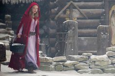 red-riding-hood-red-cloak-amanda-seyfried-590bes031011.jpg (590×393)