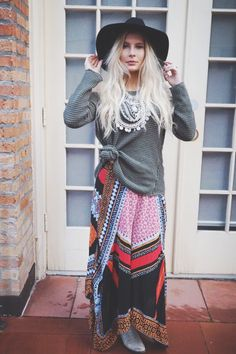 Winter Boho Outfits Boho stylish is a method of vogue drawing on varied bohemian and hippie influenc Mode Chic Hippie, Hippie Style, Bohemian Style, Bohemian Winter Fashion, Bohemian Outfit, Hippie Chic Fashion, Bohemian Hair, Ibiza Fashion, Winter Trends