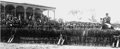 Una carrera de obstáculos a la inglesa en el Hipódromo de Peralvillo, fue el primer hipódromo formal de la Ciudad de México, inaugurado el 23 de abril de 1882 por la Sociedad Mexicana de Carreras. La pista oval medía 1,500 metrosy la recta 600 metros, se celebraban dos temporadas: la de primavera y la de otoño. Esporádicamente habian carreras de autos y otros espectáculos. El 27 de enero de 1903 se celebró allí la primera carrera de automóvilesen Ciudad de México, organizada por la…