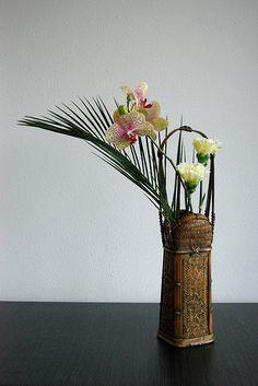 Ikebana Exotic yellow pastels   Flickr : partage de photos ! Ikebana Arrangements, Ikebana Flower Arrangement, Floral Arrangements, Japanese Bamboo, Japanese Flowers, Art Floral, Flower Show, Flower Art, Contemporary Flower Arrangements