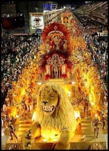 ブラジル、リオデジャネイロといえばカーニバル。派手な衣装や飾りを身につけ踊り明かします。世界のお祭りまとめ