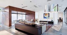 Na sala, janelas amplas para arejar o ambiente, móveis clássicos do design e aparatores em linhas retas