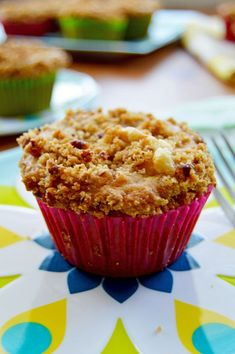 Hummingbird Muffins - banana pineapple spice cake with cream cheese filling and pecan streusel topping, great recipe from http://thehungrytravelerblog.com