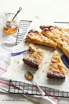 Tarte briochée,miel, amandes et abricots rôtis
