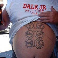 Ce type a un six-pack, donc.   27 tatouages qui se croient drôles