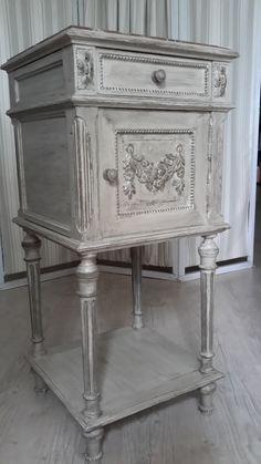 Chevet style Louis XVI relooké avec une peinture à la caséïne