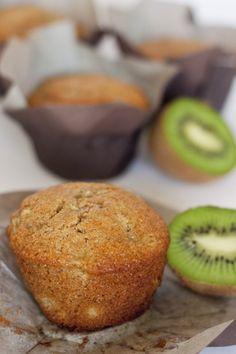 RECETA para hacer estos deliciosos y saludables MUFFINS DE KIWI. • The Sweet Molcajete #thesweetmolcajete #receta #saludable #muffins #kiwi Baking Recipes, Cake Recipes, Vegan Recipes, Snack Recipes, Croissants, Kiwi Cake, Snacks Saludables, Light Snacks, Gourmet