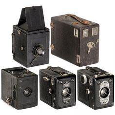 5 Box and Plate Cameras 1) Goerz, Berlin. Box Tengor 6 x 9, c. 1924, metal handle. – Zeiss Ikon. 2) Box Tengor 54/2, 1934, size 6 x 9 cm. – 3) Box Tengor 55/2, 1939, size 6 x 9 cm. – 4) Unmarked German SLR box camera 4,5 x 6 cm, shutter/mirror combination. – 5) Unmarked magazine camera, plate size 6,5 x 9 cm
