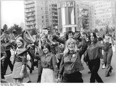 Berlin, 10. Weltfestspiel, Demonstration ADN-ZB Demme 4.8.73 Berlin:Festival-Demonstration-Ein großes Integrationssymbol der RGW-Staaten, mitgeführt im festlichen Demonstrationszug der jungen Generation der DDR am 4.8.73 in der Festivalstadt.