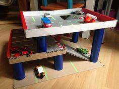 Wo sollen die vielen Matchbox-Autos denn nur parken? Am besten im selbst gebastelten Parkhaus...