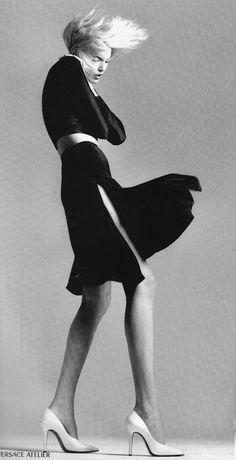 Richard Avedon for Atelier Versace Spring/Summer 1995 (model: Nadja Auermann) Richard Avedon Portraits, Richard Avedon Photography, Sophia Loren, Great Photographers, Portrait Photographers, Tall Women Fashion, Ladies Fashion, Nadja Auermann, Fashion Model Poses