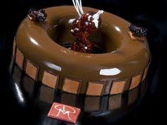 Elisir al caramello: mousse al cioccolato al latte e pera, cremoso alle pere williams, gelatina al mandarino, biscotto leggero alle mandorle, bagna alle pere, glassa al caramello