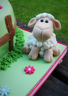 Fondant icing sheep by Little Aardvark Cakery (www.littleaardvarkcakery.ie)