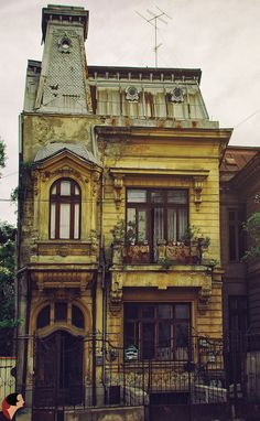 Old buildings in Bucharest Beautiful Architecture, Beautiful Buildings, Interior Architecture, Beautiful Homes, Old Abandoned Houses, Abandoned Places, Old Houses, Abandoned Buildings, Art Nouveau Arquitectura
