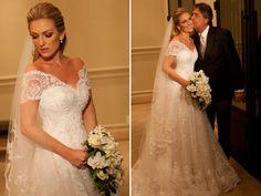 vestido de noiva de renda com decote ombro a ombro e manga curta, assinado por Wanda Borges