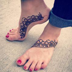 Pretty henna on feet! Simple and sweet by 💜 Pretty Henna Designs, Latest Henna Designs, Legs Mehndi Design, Mehndi Designs For Fingers, Mehndi Designs For Hands, Henna Tattoo Designs, Mehndi Art Designs, Simple Foot Henna, Henna Designs