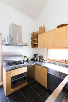 「シンプル&ハンサムにまとめたかった」キッチン。小物にはかごを使って、ナチュラル感も出している。 Asian Style, House Rooms, Kitchen Cabinets, New Homes, Architecture, Interior, Japan, Design, Home Decor