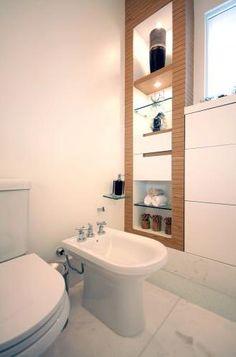 Banheiro branco com estante em madeira