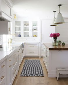 Incredible Diy Ideas: Kitchen Remodel Black Appliances Cupboards small kitchen remodel with door.Small Kitchen Remodel Yellow simple kitchen remodel on a budget.Kitchen Remodel Must Haves Front Doors. Classic Kitchen, All White Kitchen, New Kitchen, Kitchen Dining, Kitchen Decor, Brass Kitchen, Kitchen Ideas, Kitchen Sink, Kitchen With Gold Hardware