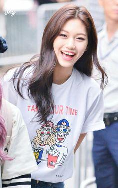I.I. Doyeon I want her shirt Kpop Girl Groups, Korean Girl Groups, Kpop Girls, Kim Chungha, Jeon Somi, Kdrama Actors, Gfriend Sowon, The Most Beautiful Girl, Girl Day