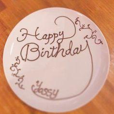 チョコペン アート - Yahoo!検索(画像) Chocolate Drawing, Chocolate Art, Dessert Platter, Birthday Plate, Cafe Menu, Dessert Decoration, Plated Desserts, Catering, Icing