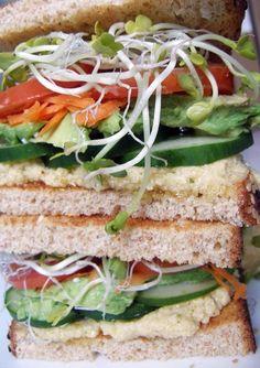 Un poco de hummus y vegetales frescos, es todo lo que necesitas para comenzar el día con mucha energía. | 16 Sándwiches de desayuno que están listos en menos de 15 minutos