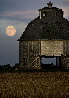 O celeiro e a lua.  http://suburbanmen.com/picturesque-old-weathered-barns-20150514/107214